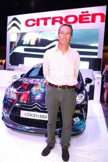 Luis Basavilbaso en BAFWeek junto al nuevo Citroën DS3. Crédito: Maia Croizet